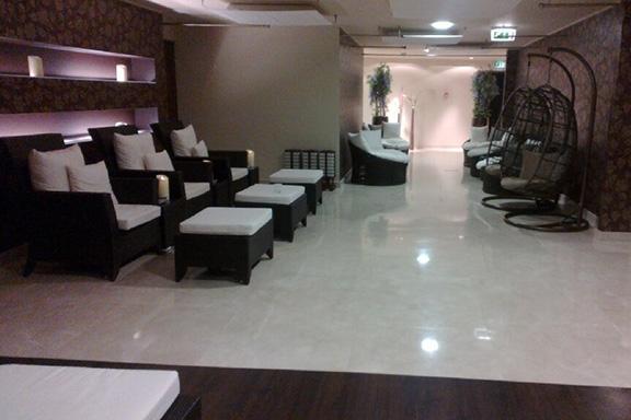 Spa-osaston aulasta hoitohenkilökunta kuljetti alakertaan tilaviin, siisteihin ja tunnelmallisiin hoitohuoneisiin.