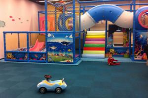 Tilavassa leikkihuoneessa oli mm. kiipeilyteline, trampoliini, pallomeri, Playstation 3, rallipeli ratilla ja polkimilla sekä televisio ja vironkielisiä animaatioelokuvia.