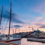 Venesatama ja Oslon kaupunkinäkymää illan hämärtyessä.