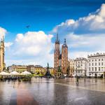 Pyhän Mariankirkon eripariset tornit Rynek Główny -aukion laidalla