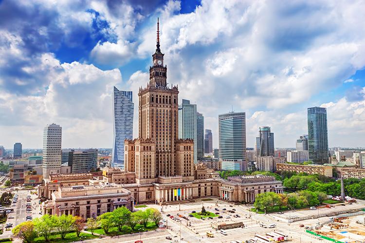 Varsovan Kulttuurin ja tieteen palatsi sekä moderneja pilvenpiirtäjiä