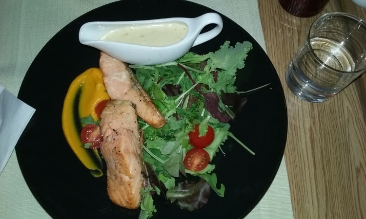 Rae ravintolassa Raatihuoneen torin laidalla oli maistuvaa ruokaa.