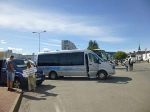 Tallinnan satamassa Toilan pikkubussi odotti sovitun mukaisesti parkissa