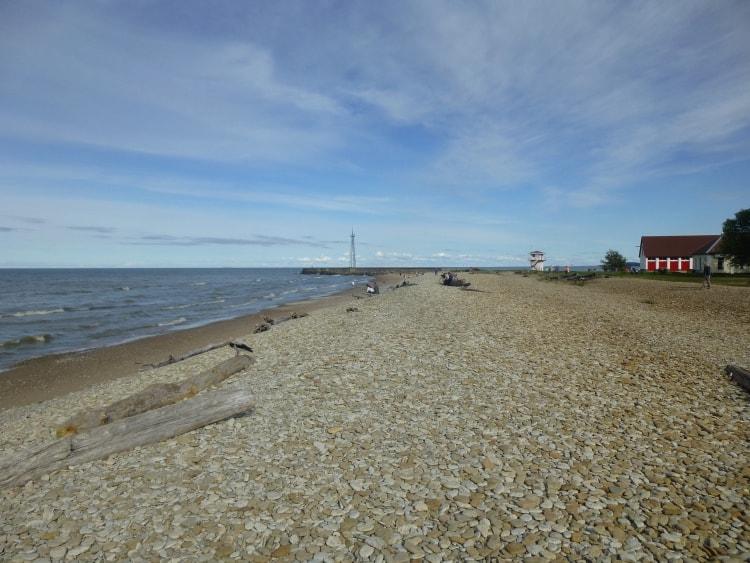 Hotellin sijaitsee Suomenlahden rantatörmällä, joten uimaan pääsee myös mereen