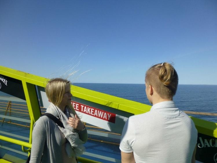 Hyvällä säällä viihtyy laivamatkan myös kannella merimaisemia katsellen.