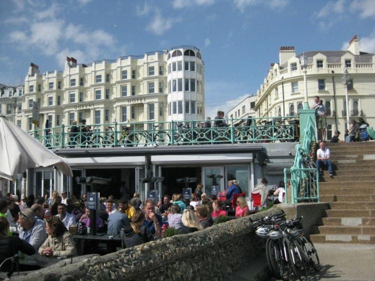 Brightonin rantakaupunki on myös itse englantilaisten suosima kesälomakohde.