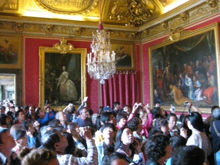 Aurinkokuninkaan linna Versailles kiehtoo matkailijoita. Niinpä linnan saleissa sai ihmetellä sisustuksen lisäksi myös turistien määrää.