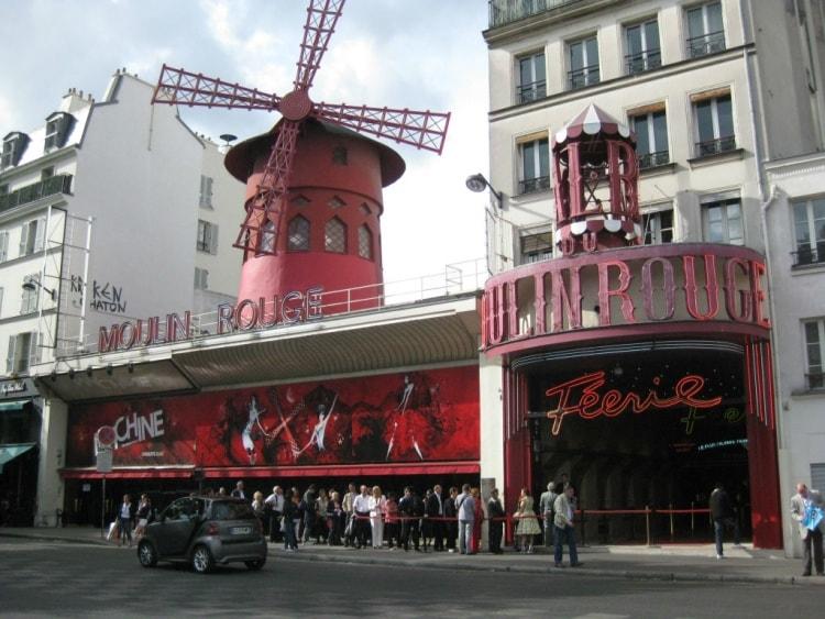 Pariisin hotellin naapurissa sijaitsi kuuluisa kabaree Punainen Mylly, Moulin Rouge.