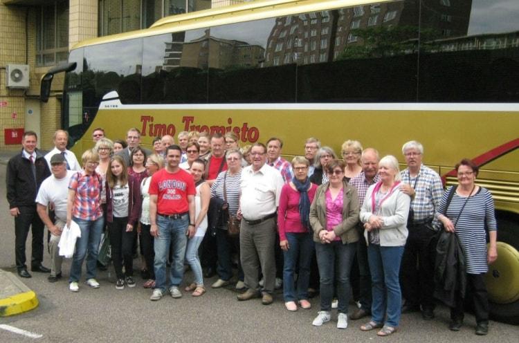 Lukijamatkalaiset ryhmäkuvassa kuljettajien kanssa Lontoossa.