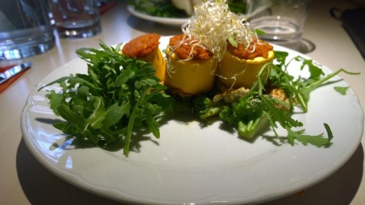 sekä Lentil stuffed zucchini and warm tofu broccoli salad with tahini orange sauce.