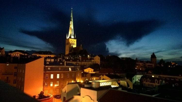Tässä tunnelmakuva Tallinnasta illalla. Nappastuna hotellihuoneen parvekkeelta.