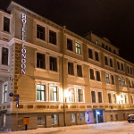 Hotel London katukuvassa illalla