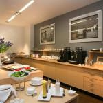 Hotellin aamiaispöytä