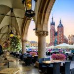 Kahvila Krakovan vanhassa kaupungissa Rynek Główny -aukiolla