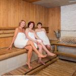 Kolme naista istumassa Medical Span saunassa