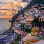Amalfin rannikon kaupungit nousevat vuoren risteitä ylös. Eri väriset talot muodostavat väriloiston.