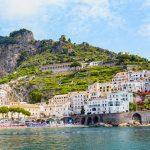 Amalfin rannikon uimarantaa ja vanhaa kaupunkia vuoren rinteillä.