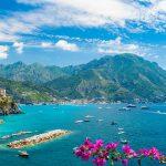 Amalfin upea rannikko jossa turkoosi meri sekä rannikon kiemurteleva serpentiini tie.