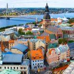 Näkymä ylhäältä Riian vanhaankaupunkiin ja joelle.