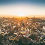 Ilmakuva Tallinnan vanhastakaupungista auringon laskiessa