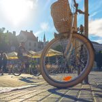 Aamuinen Riian tori ja polkupyörä