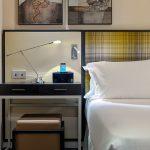 Basic huoneen yöpöytä ja osa parisänkyä