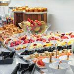 Aamiaispöydän herkullisia hedelmä ja marjaherkkuja, nam!