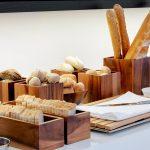 Aamiaispöydän herkullisia leipiä ja patonkeja