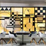 Hotellin upeaa modernia designia kuvattuna aamiaisravintolan seinällä.