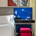 Superior huoneen yöpöytä sekä maalauksia