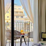 Osassa huoneista upea parveke kadulle. Parvekkella kaksi tuolia ja pieni pöytä.