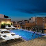 Hotellin uima-allas kattoterassilla, upea valaistus iltahämärässä