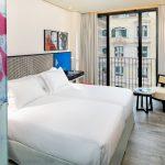 Superior huone kuvattuna huoneen ovelta kohti sänkyä ja ikkunaa, takana ranskalainen parveke