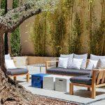 Sisäpihan sohvat ja espanjalaiset kasvit
