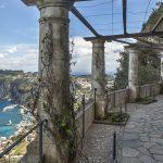 Näkymä alas kohti Caprin saaren merenrantaa. Axel Munthen huvila on upealla paikalla.