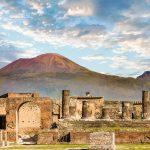 Vesuviuksen tulivuori alhaalta Pompejin rauniokaupungista kuvattuna
