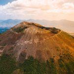 Vesuvius tulivuori kuvattuna ylhäältä. Kiemurteleva tie vie kohti kraaterin suuta.