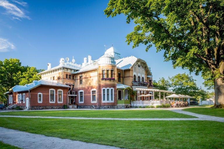 Ammende Villan julkisivu kesäauringossa