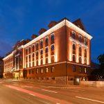 Kreutzwald hotellin julkisivu yöllä