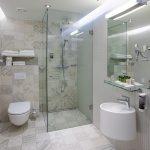 Estonia Resortin huoneen kylpyhuone suihkulla