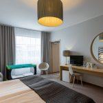 Estonia Resortin deluxe huone, jossa ikkunan edessä vauvanvuode