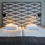 Superior huoneen sänky ja sängyn harmaa pääty valkoisin koristein