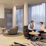 Mies ja nainen istuvat juttelemassa Estonia Resortin vaaleassa aulassa