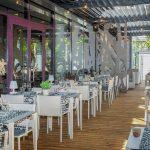 NOOT-ravintolan terassin tyhjät vaaleat pöydät odottavat asiakkaita