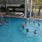 Medical Span allasosasto, ihmisiä piirissä uimassa