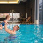 Medical Span uima-altaassa isä nostaa pientä tytärtään vedestä