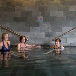 Medical Span allasosaston japanilaisessa altaassa kolme naista istumassa
