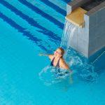 Medical Span allasosastolla nainen nauttii vesisuihkusta