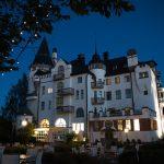 Valkoinen linnamainen Imatran Valtionhotelli iltahämärässä