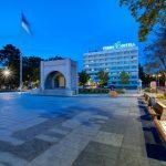 Pärnu Hotell aukiolta katsottuna iltahämärässä